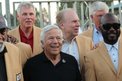 Patriots Owner brings Football Hall of Famers to Israel
