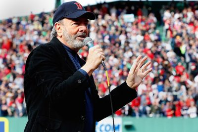 Neil Diamond Gives up Touring After Diagnosed with Parkinson's