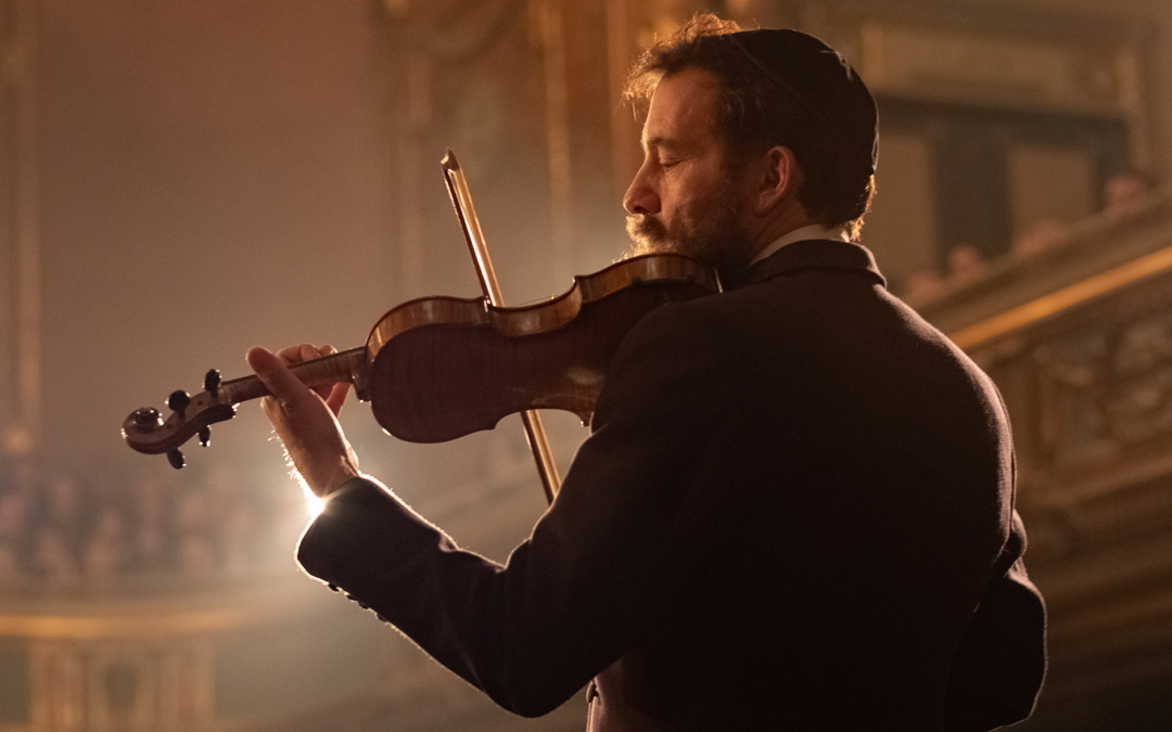 Clive Owen Plays a Chasidic Violinist in 'The Song of Names'
